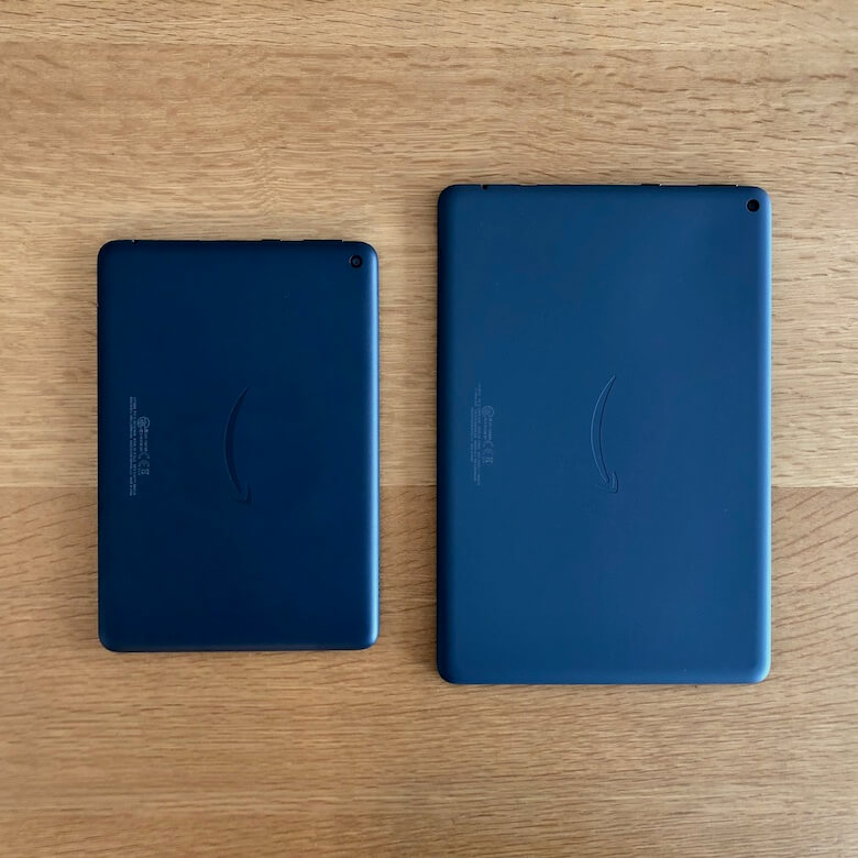 Fire HD 10 PlusとFire HD 8 Plusの背面比較